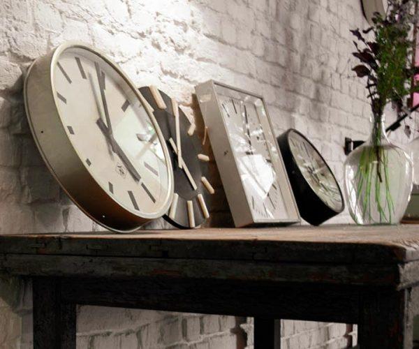 Vintage Industriemöbel Werktisch Fabrikuhren Pragotron