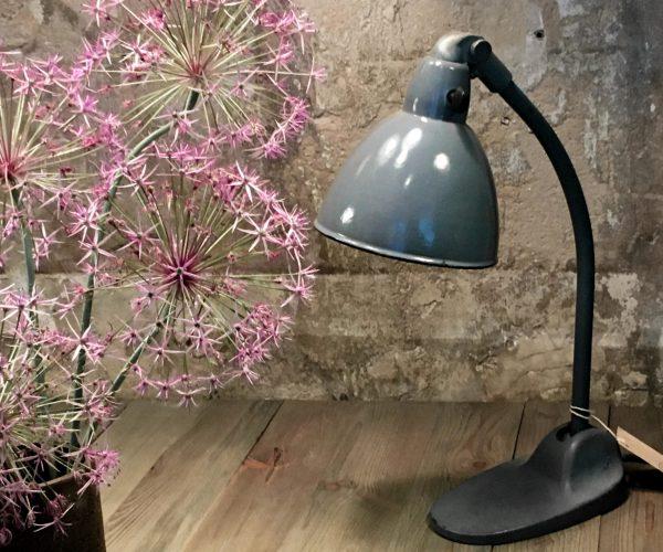 Vintage Industriemöbel Siemens Schreibtischlampe Blumen Dekoration
